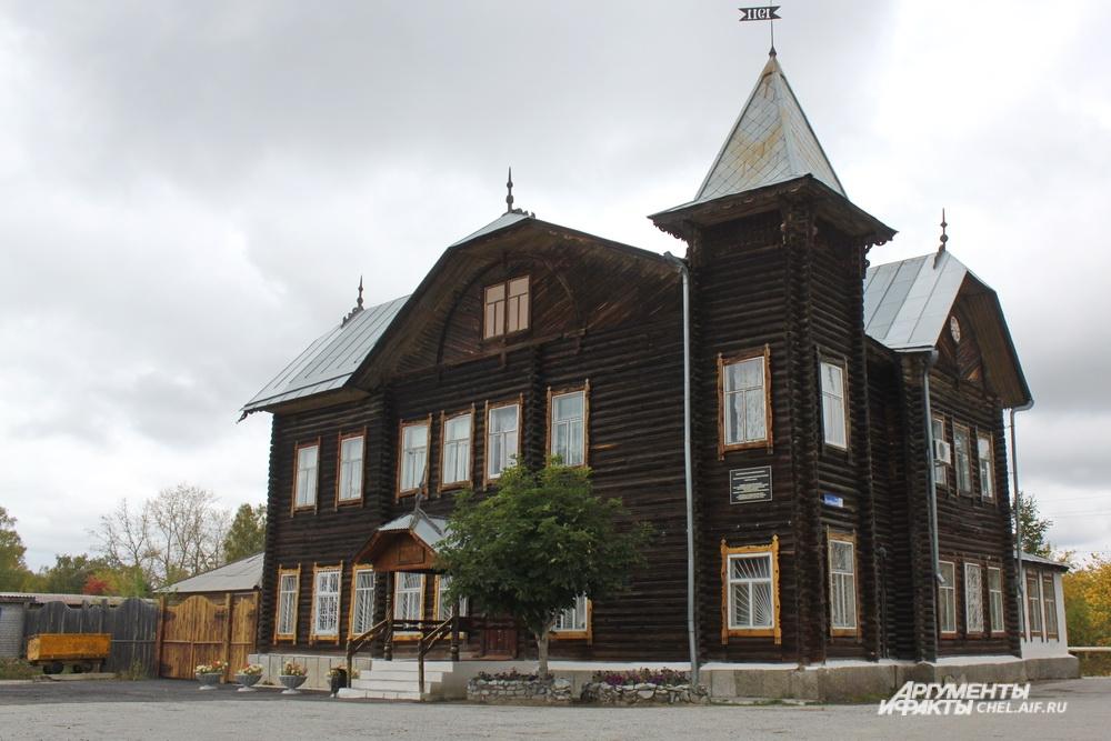 Дом Баласа башенкой и шпилями напоминает замок, только не из камня, а из дерева.