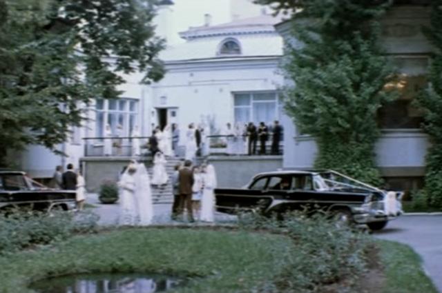 Гоша и дочь генерала Дина женятся в Грибоедовском загсе - в кадре Дворец бракосочетания № 1 со стороны Огородной слободы.