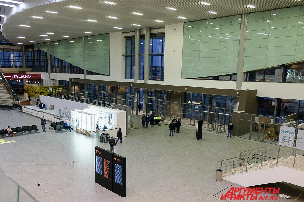 На первом этаже нового аэропорта находятся стойки регистрации, зоны прилёта и выдачи багажа, камеры хранения, медпункт и место упаковки багажа.