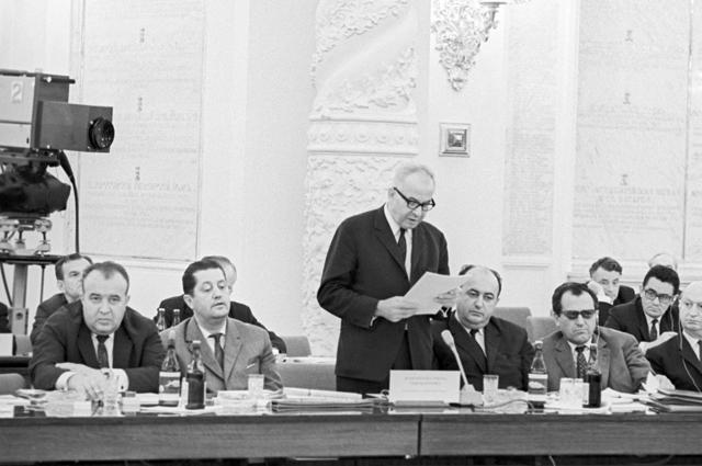 Первый секретарь ЦК Коммунистической партии Чехословакии Густав Гусак. (в центре) Международное совещание коммунистических и рабочих партий.