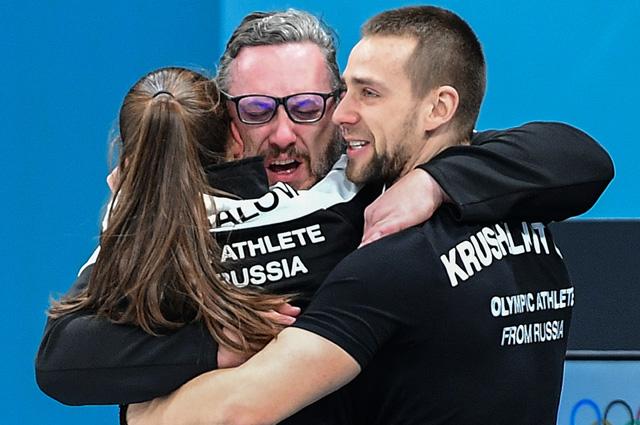 Российские спортсмены Анастасия Брызгалова, Александр Крушельницкий и их тренер Василий Гудин.