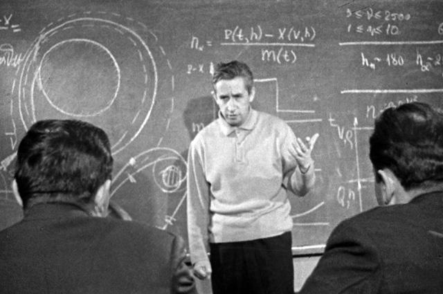 Космонавт Константин Феоктистов проводит теоретическое занятие в отряде космонавтов. 1963 г.