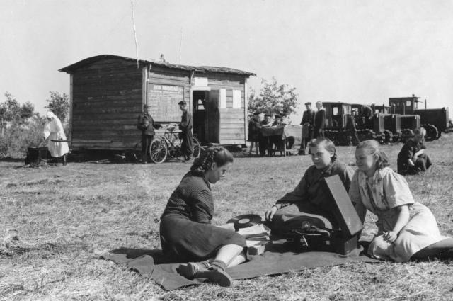 Девушки-добровольцы из Челябинска прибыли на полевой стан колхоза «Красный партизан». Чесменский район, 1954 г.