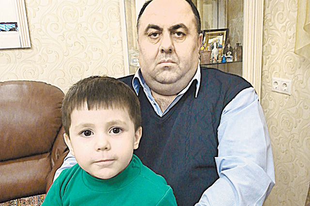 Атом Григорян с внуком.