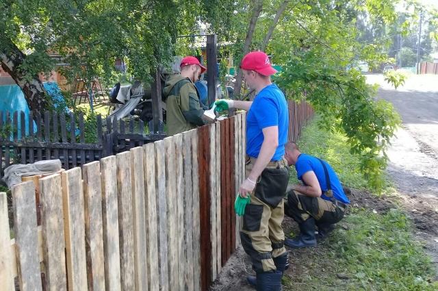 Красноярские волонтеры починили забор вокруг ФАП.