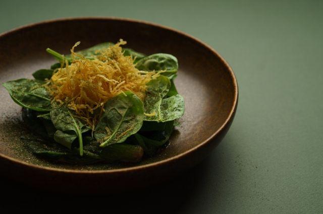 Соте из шпината и хрустящая картошка