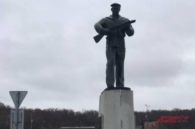 Памятник Героям-Североморцам, защитникам Заполярья на Приморской площади.