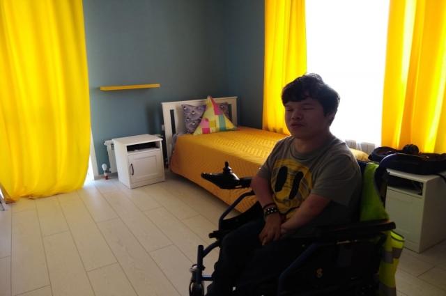 Валентин Канев в своей новой комнате в Новых берегах
