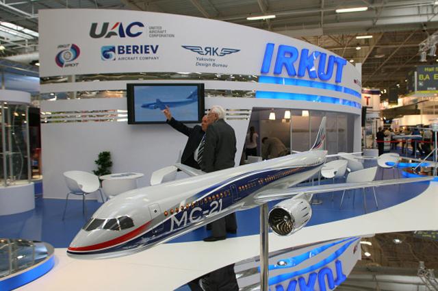 У стенда корпорации Иркут, представленной в российской экспозиции, на Международном авиакосмическом салоне в Ле-Бурже. 2009 год