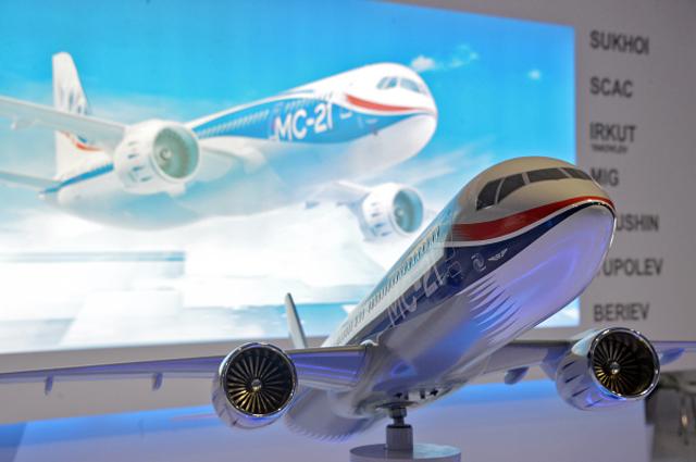 Модель самолета Иркут МС-21 на стенде компании Объединенная Авиастроительная Корпорация на Международном авиационно-космическом салоне Фарнборо-2014