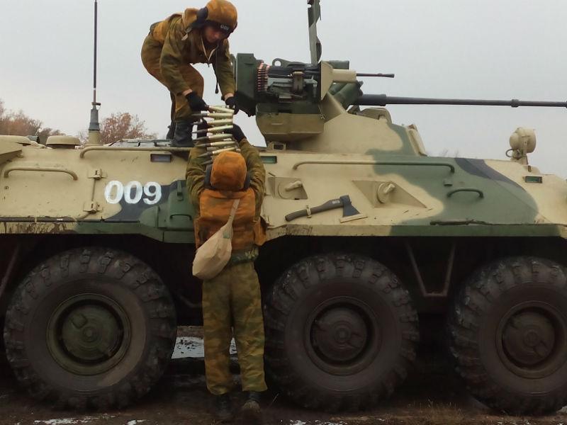 Экипаж БТР готовится к выполнению боевого задания