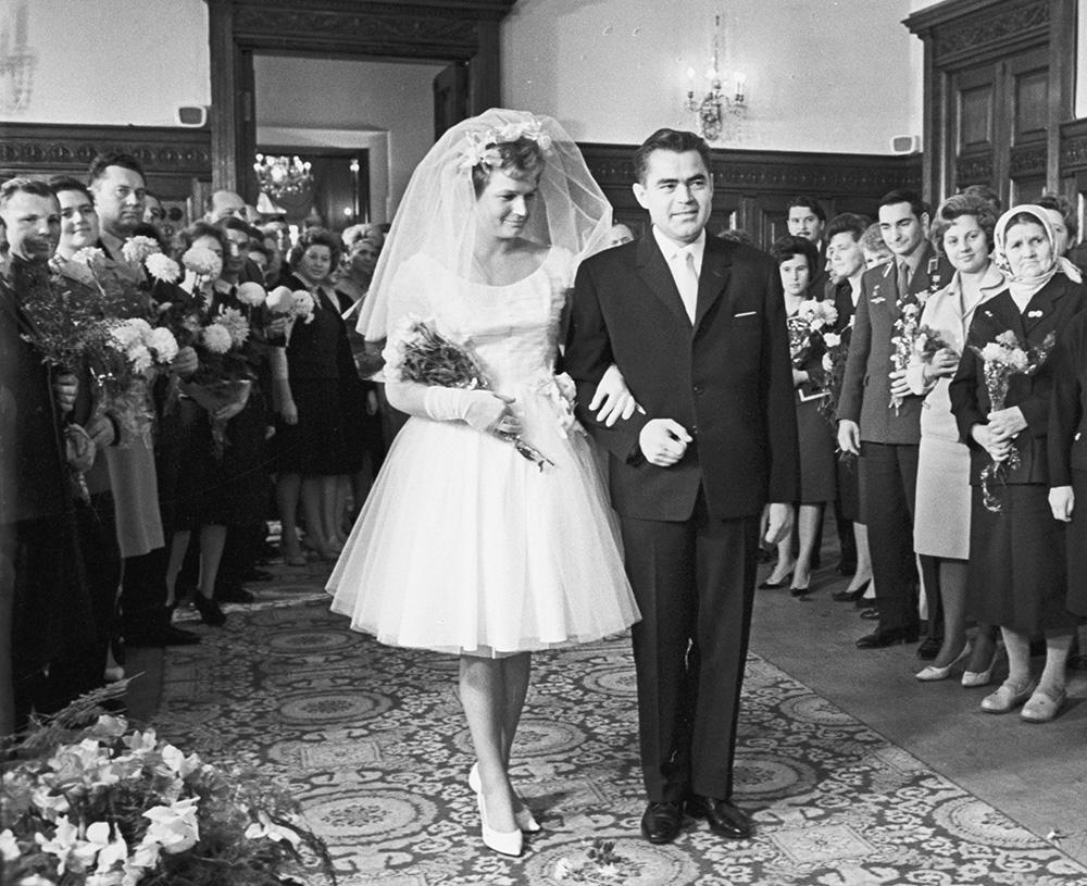 Торжественная церемония бракосочетания летчиков-космонавтов Валентины Терешковой и Андрияна Николаева.