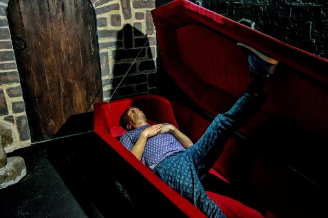 В одной из комнат музея посетители могут полежать в гробу.