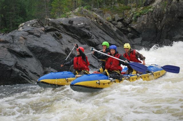 Сплав по реке во время похода.