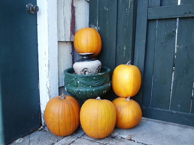 В качестве украшений на осенней свадьбе пододут тыквы.