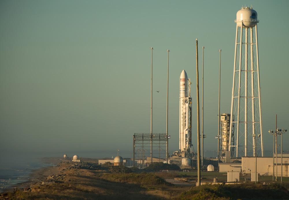 Ракет-носитель Antares с грузовым космическим кораблем Cygnus.