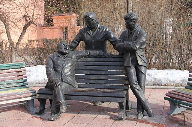 У здания театра установлен памятник троим режиссерам-землякам.