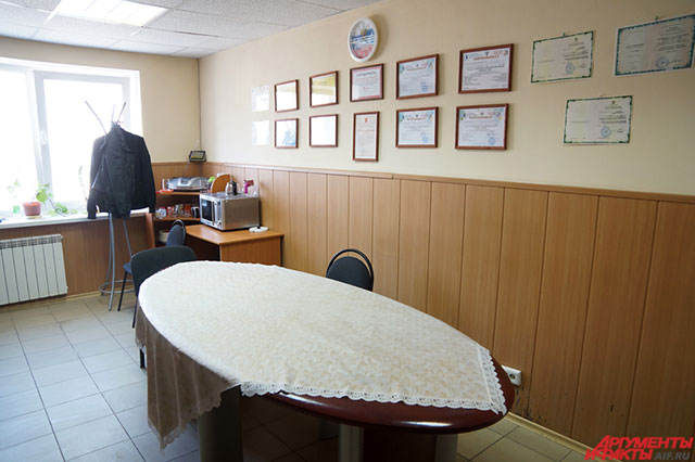 Круглый стол, где проходят встречи алкоголиков.