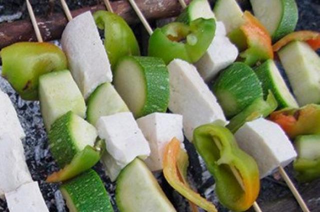 Если тофу прокоптить над углями, кусочки покрываются лёгкой золотистой, хрустящей корочкой, оставаясь при этом очень мягкими и сочными внутри.