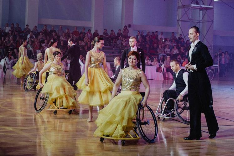 Люди с ограниченными возможностями танцевали вальс и фламенко.