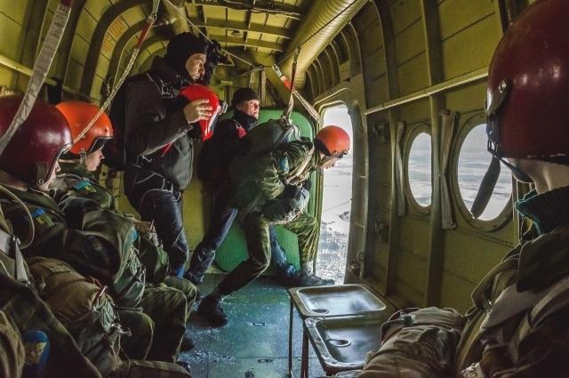 Прыжок с парашютом - заключительное испытание и для девушек, и для парней.