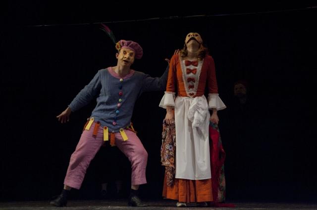 Коломбина и Кавьелло - слуги Изабеллы и Валентино.