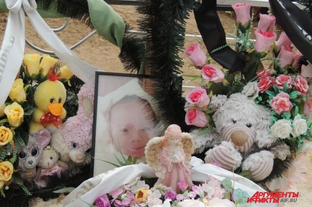 Игрушки с детской могилки периодически воруют.