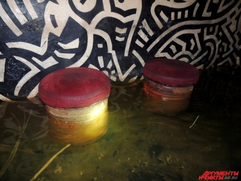 Сиденья в клубе были сделаны из баков для хранения еды