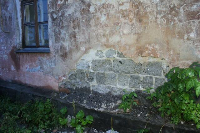 У дома разрушается фундамент, а жильцам советуют сделать вокруг него траншеи.