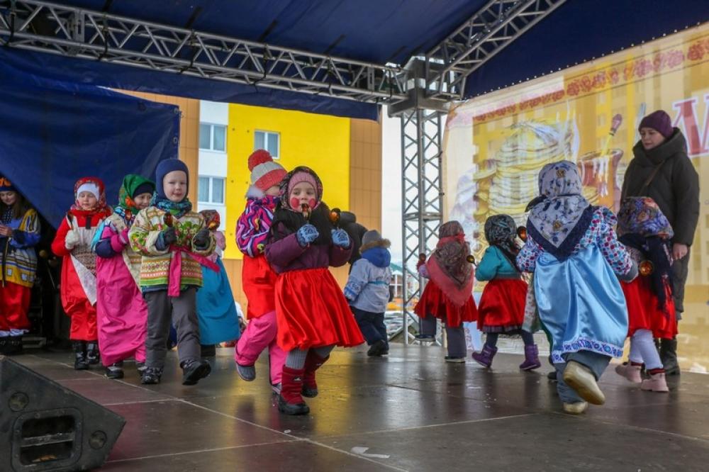 Дети подбодрили публику танцами и игрой на ложках.