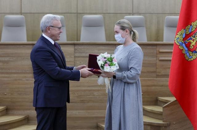Губернатор края Александр Усс вручил ордена и медали более 30 жителям региона.