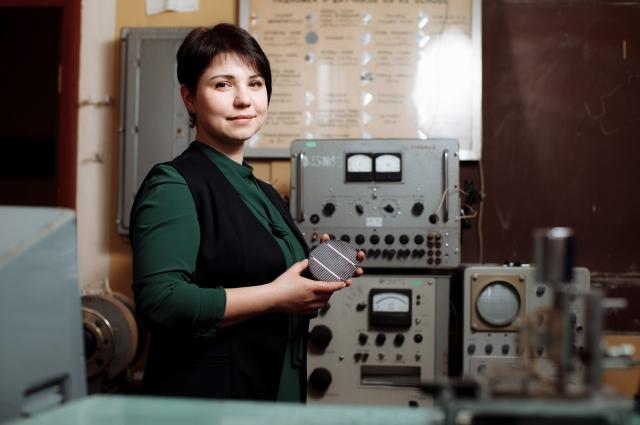 Галина Рогожина совместно с коллегами создает инновационные солнечные батареи для космических аппаратов на основе кремния.
