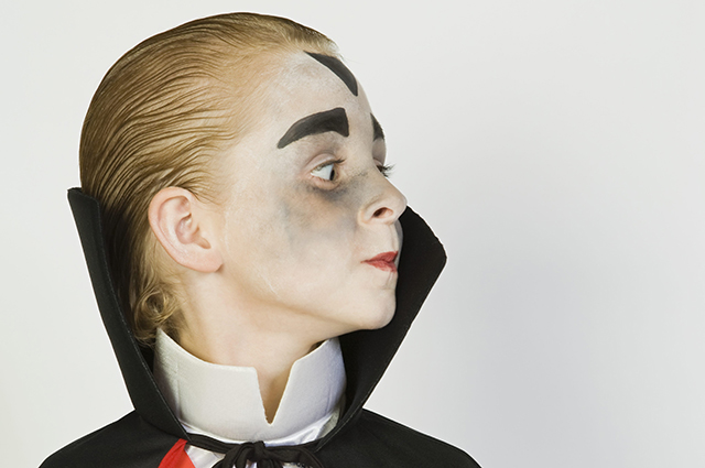 Мальчик в костюме вампира