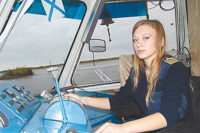 Капитаном Саша стала в 20 лет и уже 4 навигации водит свой теплоход по Северной Двине