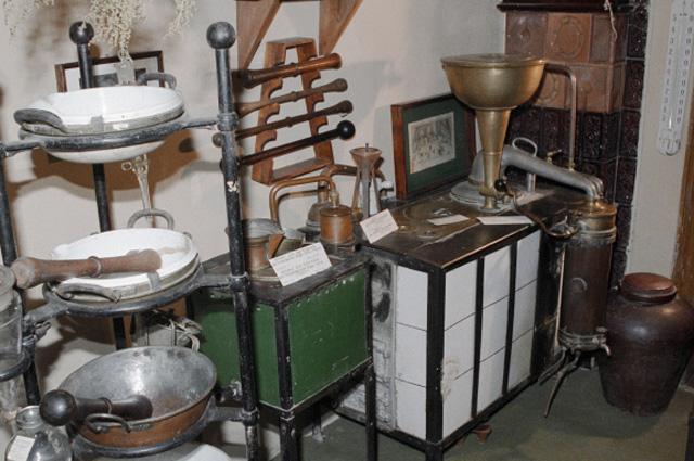 Старинная утварь в одном из залов аптеки-музея №12 в городе Львов