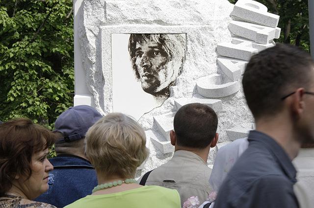 Памятник Александру Абдулову открыт на Ваганьковском кладбище. 2009 год