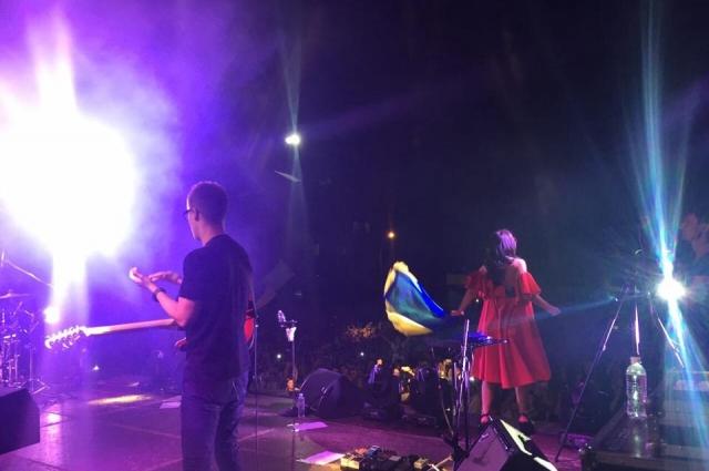 Джамала на сцене с флагом Украины