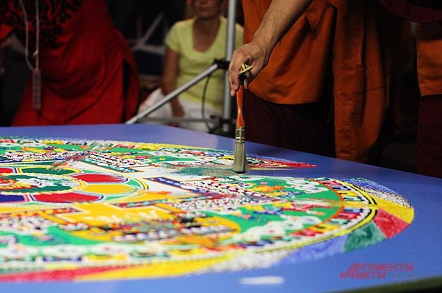 Буддисты разрушают красивый рисунок.