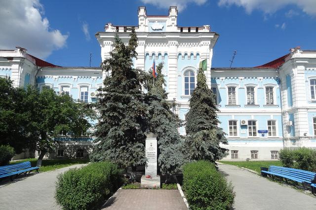 Именно здесь в годы войны хранилось тело Ленина.