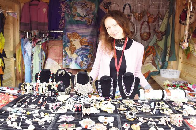 Торговая марка «Красный угол» объединила мастеров из разных уголков Владимирской области, создающих аксессуары, уникальные предметы интерьера и одежды.