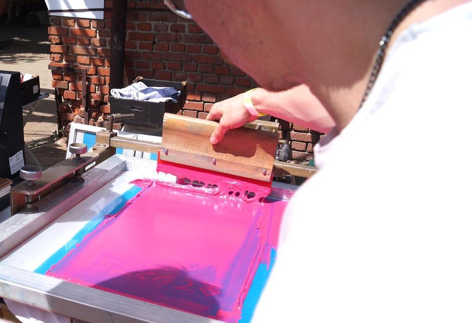 В зоне мастер-классов можно было многому научиться, например, делать рисунки на футболке.