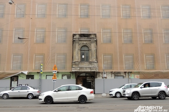 Дом Лермонтова закрыт фальшфасадом, но реставрационные работы не идут.