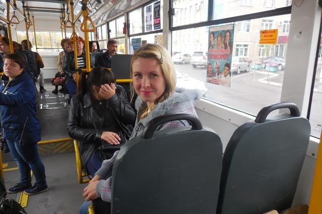 Не час-пик. Поэтому в салоне троллейбуса просторно. Есть свободные места для сидения.
