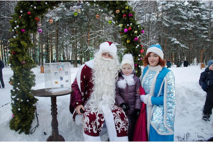Детей в Парке авиаторов поздравляли главные новогодние волшебники.