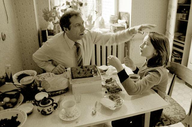 Сергей Юрский и его дочь Даша на кухне. 1982 год