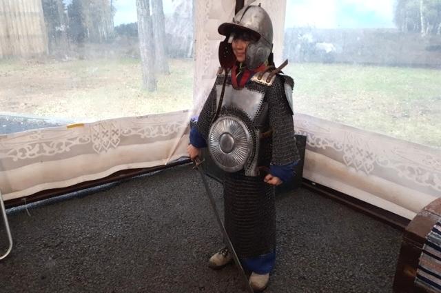 Дети в восторге от облачения воинов!