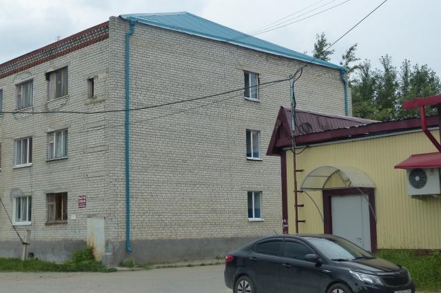 Здание после ремонта с новой крышей.