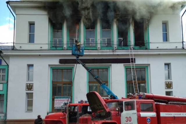 По информации ГУ МЧС по региону, пожару присвоен второй класс сложности.