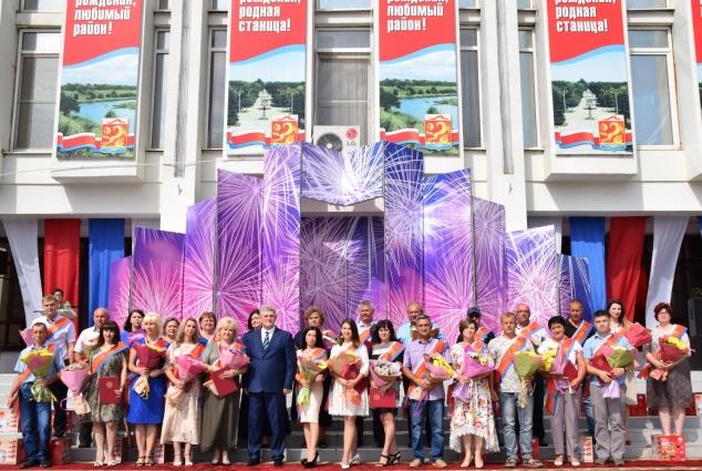 Глава вручил каневчанам дипломы за вклад в развитие района.