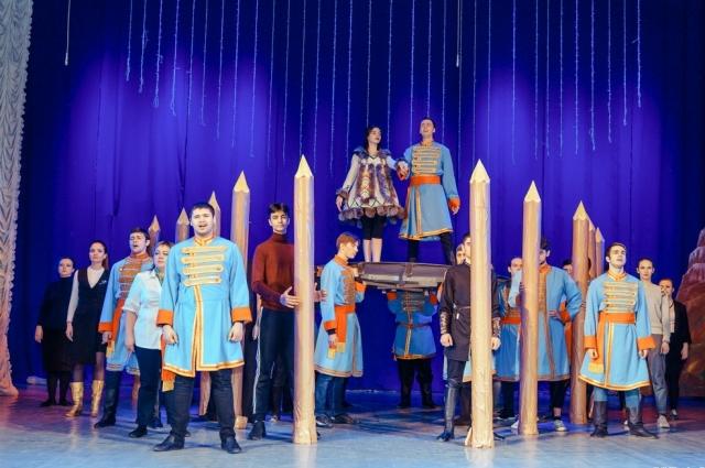 В спектакле задействованы более ста человек.